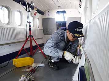 ツイン・オッター、JGASの整備士が整備作業中