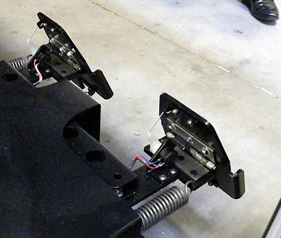 スプリング荷重によりラダーの動きの重さが模倣される