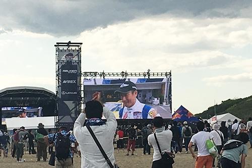 レッドブル・エアレース、室屋義秀選手の優勝に湧く観客