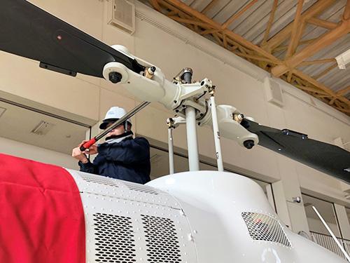 ヘリコプターの整備作業